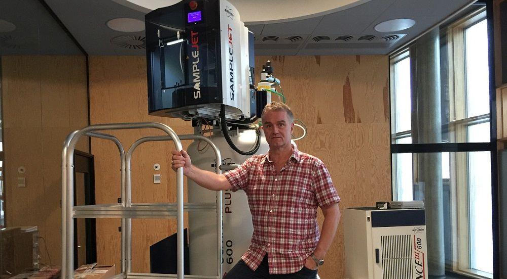 Professor Søren Balling Engelsen ved NMR-scanneren på Institut for Fødevarevidenskab ved Københavns Universitet. Foto: Lene Hundborg Koss.