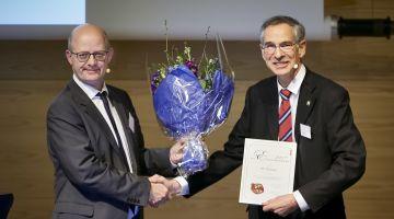 Prisvinderen Ole Hassager og formand for priskomiteen Niels Chr. Nielsen. Foto Tom Jersø/ATV